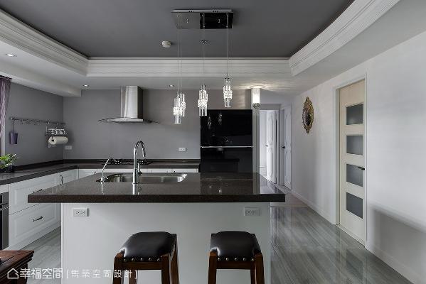 有别于公领域的华丽色彩,厨房以简约、易清洁为诉求,透过利落的渐层灯饰营造出优雅氛围。