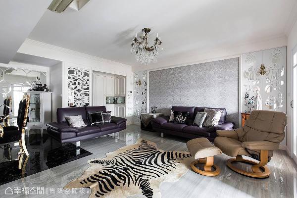 以白色调铺叙空间基底,藉由水晶吊灯、印花图腾壁纸、镂空线板与家具,搭配出浪漫的古典质感。