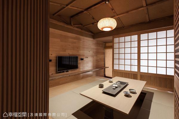 进入场域内,一股桧木的芬芳香味扑鼻而来,设计师许维庭将浓浓的日式风情挹注其中,释放屋主一整天的工作劳顿。