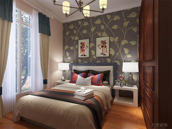 主卧墙面采用和客厅一样的墙漆,床头背景墙贴壁纸,由于有两个床头柜衣柜采用推拉门。阳台放置休闲椅,家具颜色统一为原木色。