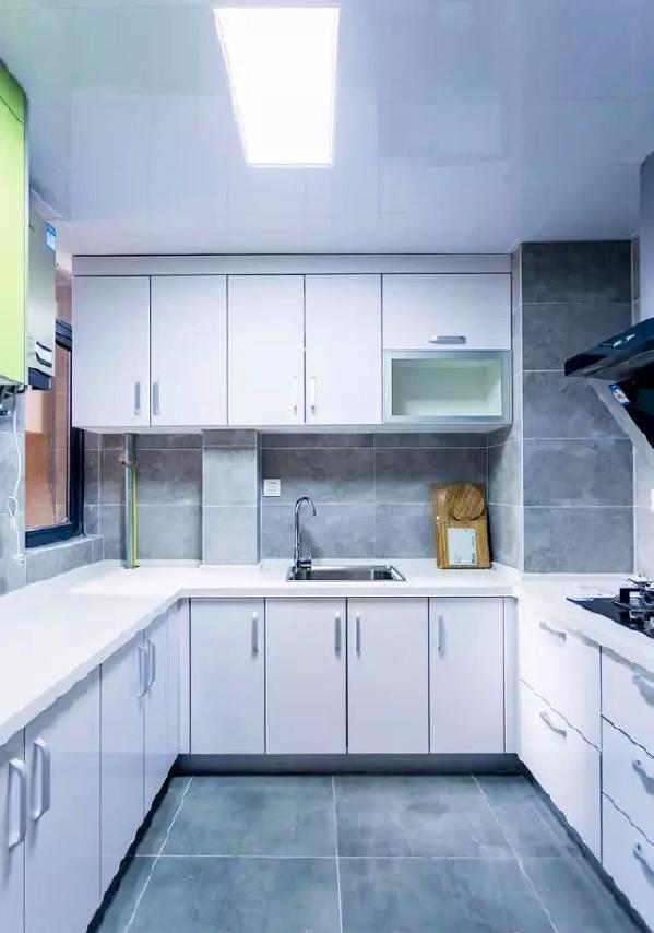 ▲ 厨房灰色调的墙地砖搭配白色简约的橱柜门板显得非常干净