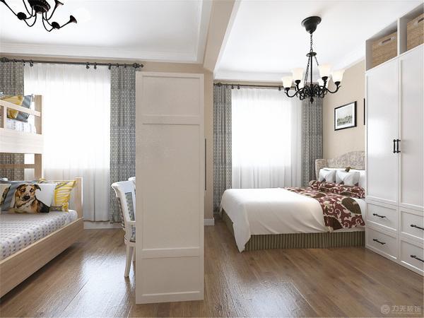 两个次卧都很小,将两个次卧打通在中间设计一个半高的书桌隔断做为半封闭的分割,空间显得更加自由,老人房和儿童房连在一起,方便照顾孩子。
