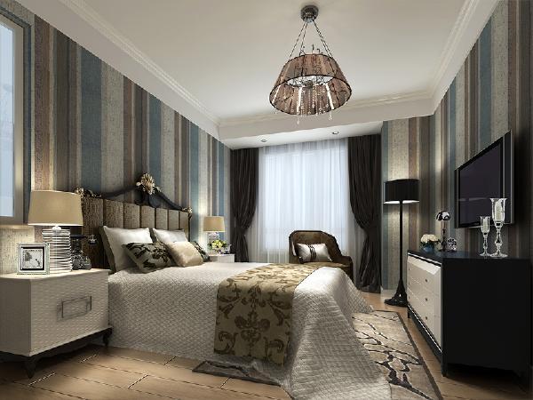整个色系延伸到卧室,简单的条文英伦壁纸加上深色家具在卧室里不失温馨的效果--绅士格调 现代风格金隅悦城