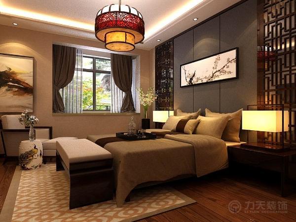 主卧室地面采用深色系木地板,给人一种干净舒适的感觉。墙面同客厅一样,使用素色壁纸。