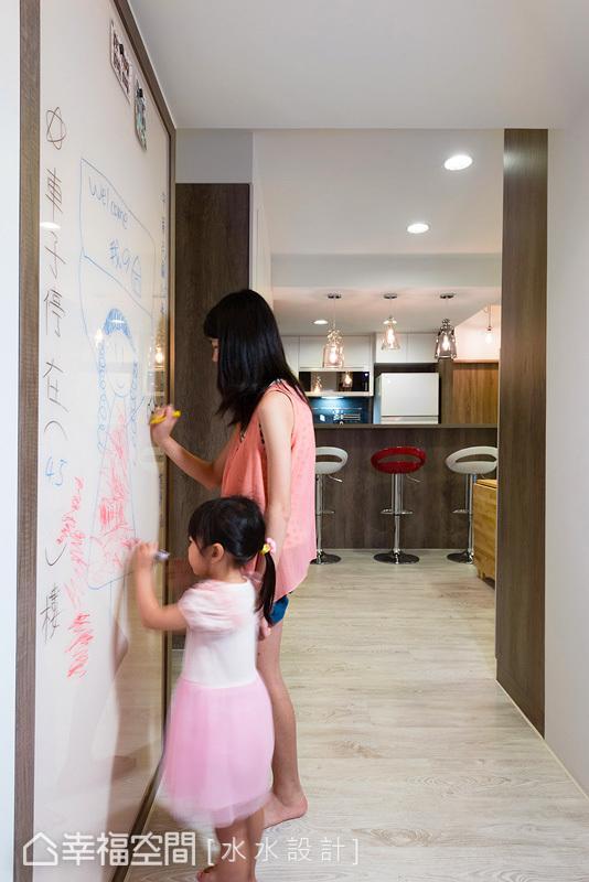 设计师赖子涵与谢子承庭于入门处设置彩绘墙面,让爱女可以尽情发挥创意想象,另外,墙面也具有磁性的功能,能张贴家人照片与生活事项。