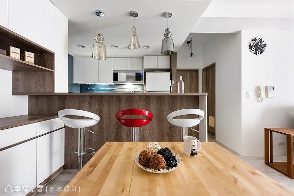 餐厨空间除了强调空间的开阔感,并设置收纳量相当充足的餐柜以及中岛吧台,满除屋主的生活机能所需。