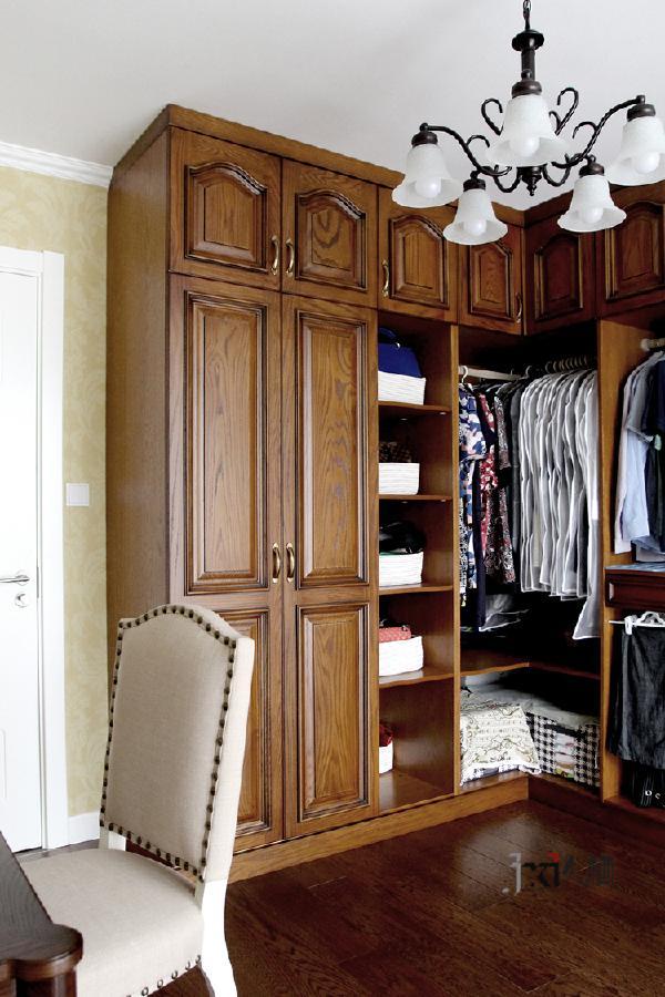 由顶置地的整排L行衣柜形式的衣帽间,为主人一家三口提供日后的收纳作用。同时避免边角处的藏污纳垢,有效提高储物量。