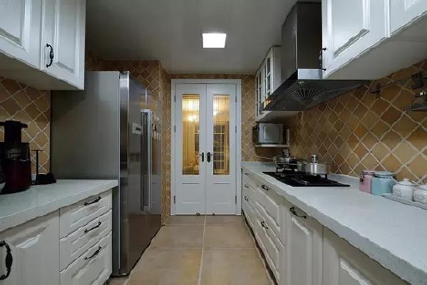 独具特色的美式小砖斜铺,面面俱到也在铺设与形状上做区分。白色橱柜、台面让这个五脏俱全的厨房显得分外通透敞亮。