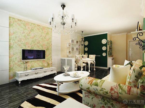 在功能方面,客厅是主人品味的象征,体现了主人品位与地位,也是交友娱乐的场合,电视背景墙采用的石膏板做的一个几何形拉缝造型
