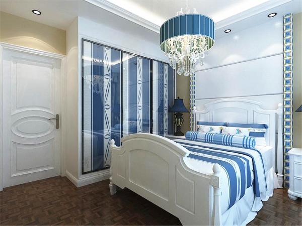 配上蓝色大衣柜,使人在卧室空间有种回归自然,舒服、舒适的休息空间,使得身心放松,也满足了人们异国地中海的生活乐趣。