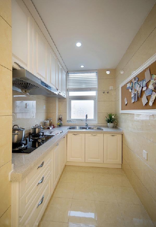墙砖和地砖上或多或少选用了米黄色作为橱柜的色彩搭档,不论从面板造型还是拉手和龙头设计,都是遵循着简欧风格而设计的。