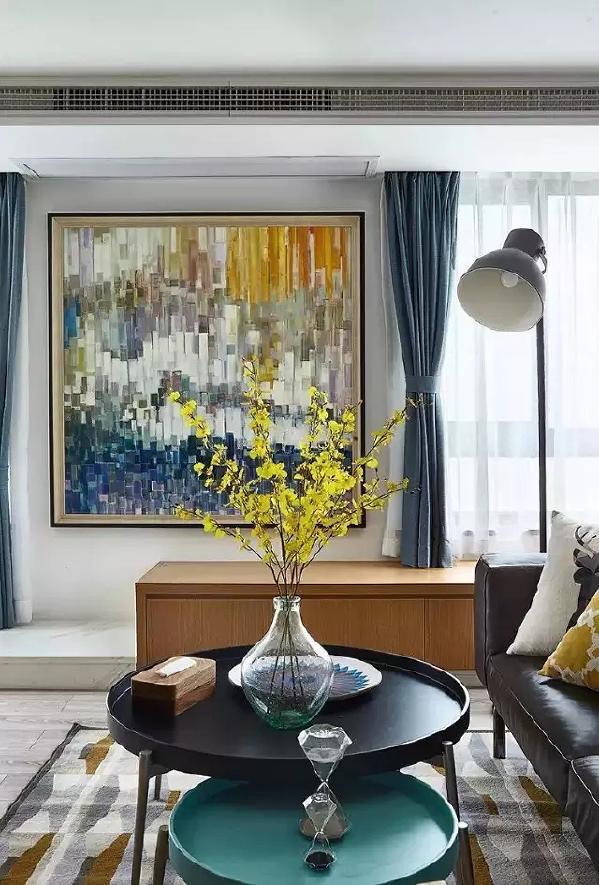它打破常规电视柜的形式,运用整体台面来代替电视柜,使空间拉大并且延伸,客厅柜子以及飘窗柜满足收纳功能。
