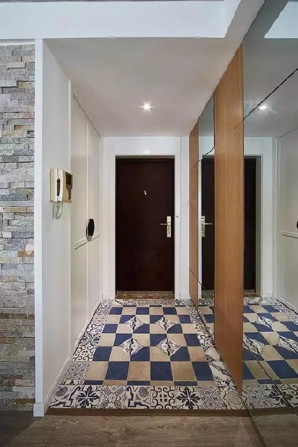 块面感的原木与镜面结合,与地面花色地砖相呼应。满足鞋柜的大收纳需求,同时镜面又是业主出门之前的穿衣镜。