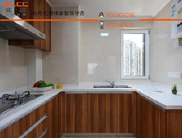 ▲木质厨柜打造出层次感,与洁白的墙砖形成对比,让厨房充满自然氛围且不单调。