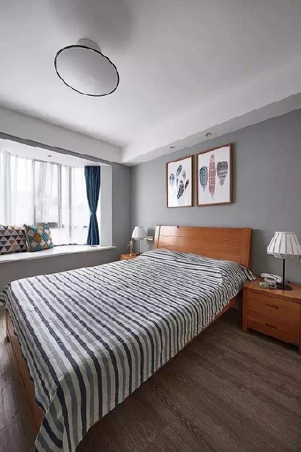 以干净的有色乳胶漆和简单的原木家具搭配,整个卧室呈现出自然简约的气氛。