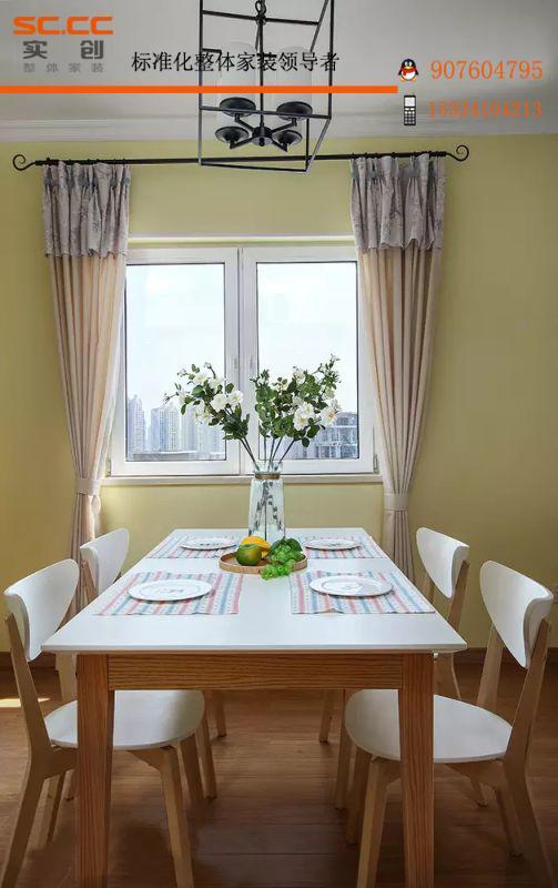 ▲餐桌就放在窗户旁,用餐时不仅有阳光相伴,也能随时欣赏风景。