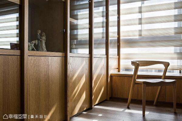 窗边设置蕴含收纳功能的卧榻,与木质和玻璃打造的展示柜,提升空间实用机能。