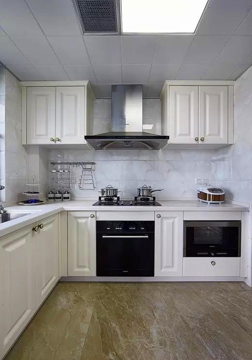 ▲ 厨房用石纹砖,搭配纯白的橱柜,干净明亮