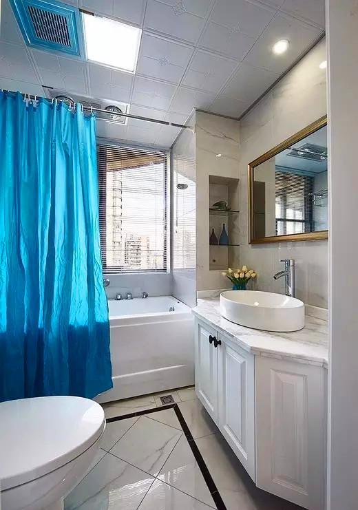 ▲ 木工现场制作的浴室柜,地砖用了区域分铺方式,更具变化