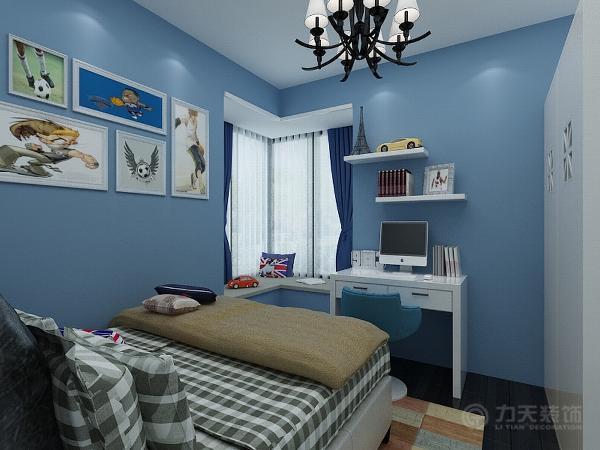 次卧为男孩房,墙面用蓝色乳胶漆处理,配合卡通的挂画,使空间充满了童趣。