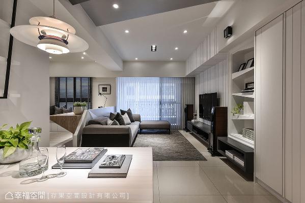 利用白色系做为基底,藉由利落的线条描绘与典雅质感的家具摆设,创造出静谧的优雅宅居。
