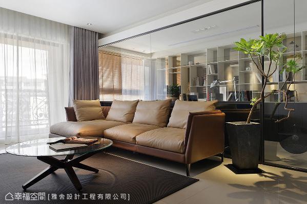 客厅里摆设一张简约质感的沙发,一旁再搭以绿意植栽,让人文调和自然的生命力。