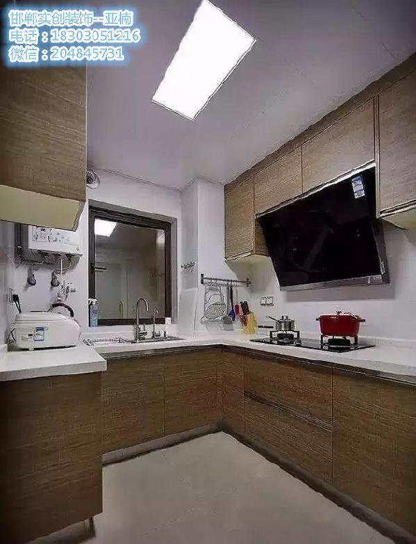 厨房   ▲   依照厨房户型定制的厨柜和壁柜超级实用 隐形拉手使得整个线条干净流畅。