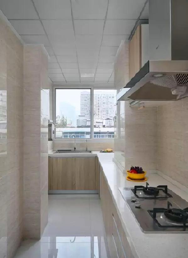 ▲ 厨房更具清新感,浅木色的墙砖和柜体,干净舒适