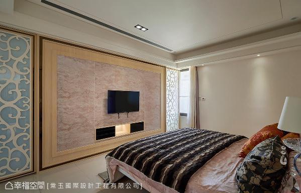 不仅电视墙的机柜设备藏于下方的黑色方盒内,而对称列于两侧的木质雕花门片也隐藏了两间更衣室。