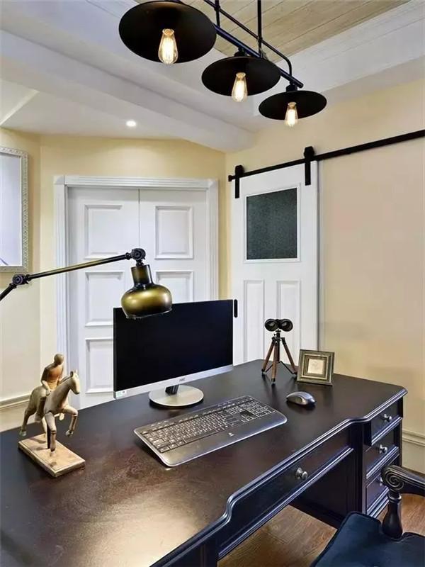 简洁明快的书房,复古的台灯和桌面的小摆设,兼具古典主义的优美造型,美观又凸显主人的品味。
