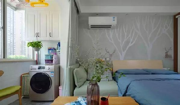 ▲ 主卧和功能阳台相连,由于户型限制,在床旁设计了休闲沙发作为客厅空间