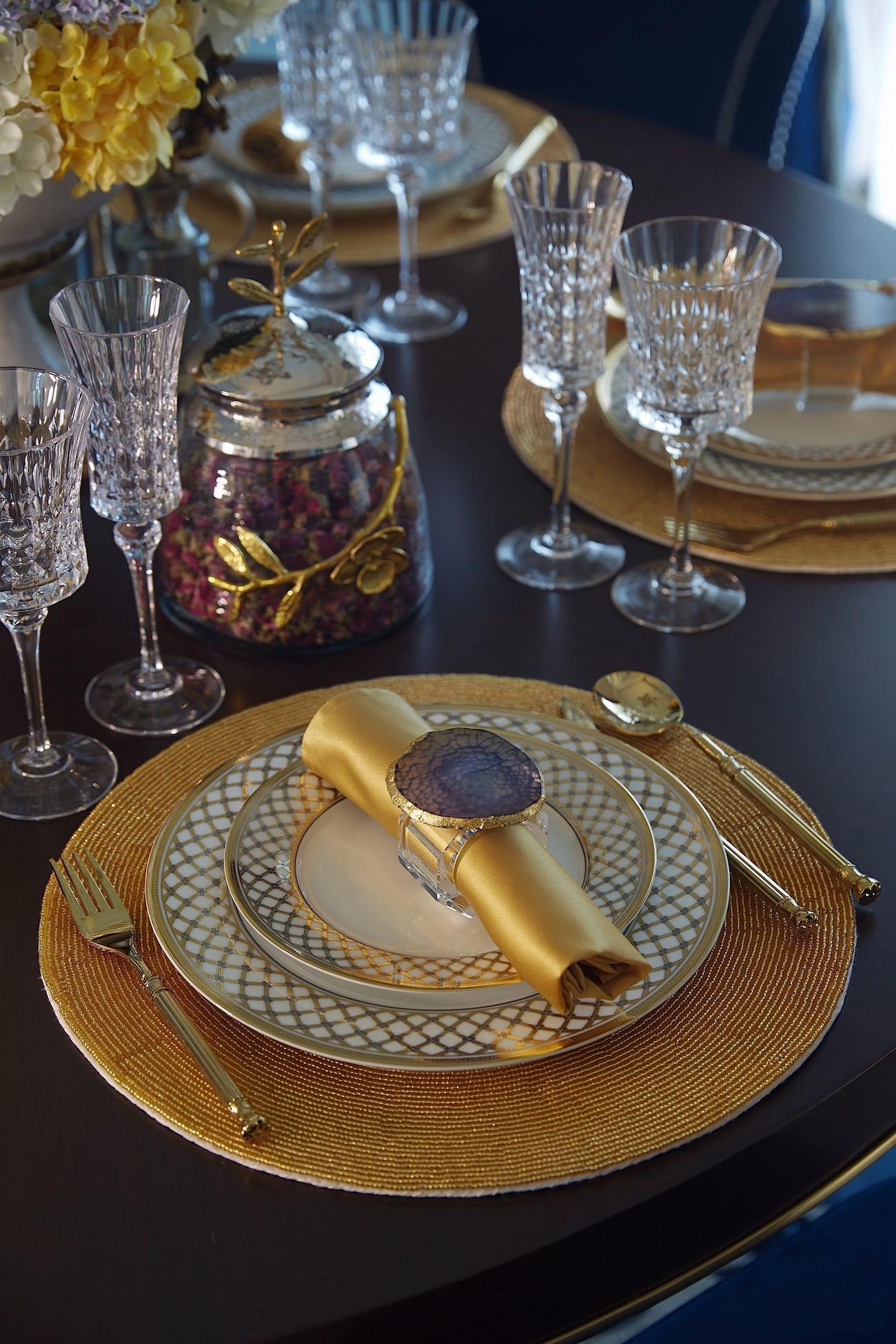 法式风格 设计师杨洋 别墅装修 长海御墅 餐厅图片来自别墅设计师杨洋在法式摩登之长海御墅装修设计案例的分享