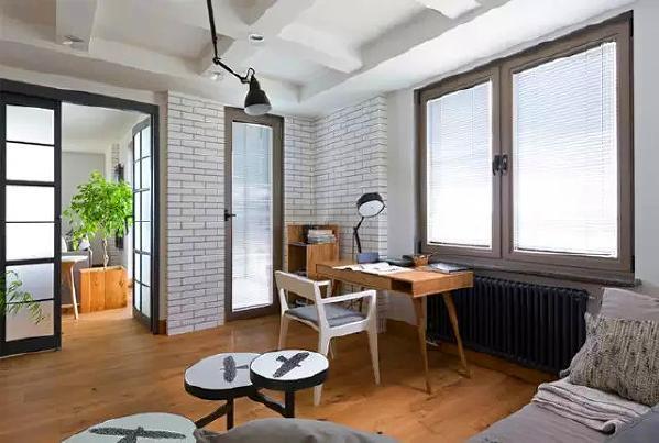 宽敞客厅的好处,可以放下工作台,在客厅里办公,同时以后家里有了宝宝,在客厅的活动区域也更大,一家人亲子互动也不会太局促狭小