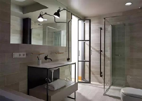 淋浴房独立在另外一个转角,整个空间比较狭长,所以中间洗脸台的采光会暗一些。总体是一个非常简洁带点暗黑禁欲感的卫生间