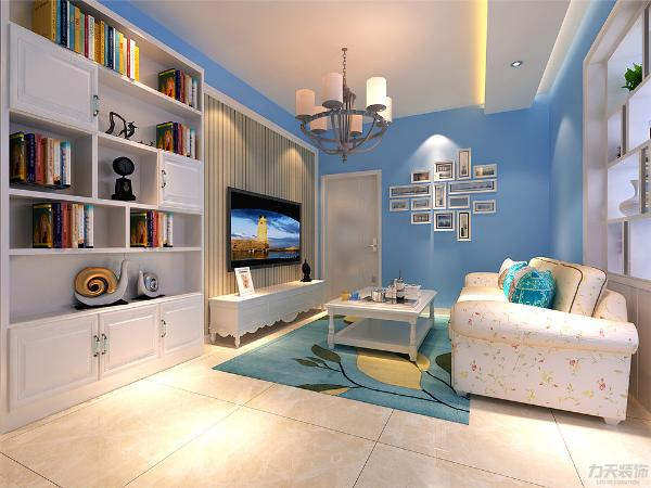 客厅内墙面为淡蓝色,墙面做地中海式假窗造型,地面为800*800的大地砖,在家具的选择上,按客户的喜好,沙发选择带有小碎花的田园风格。