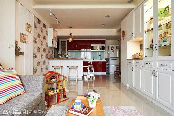 考虑上班族不常在家中下厨,因此维持开放式厨房设计,让自然采光以及视线能完全延伸不受阻碍,进而达到明亮、放大的效果。