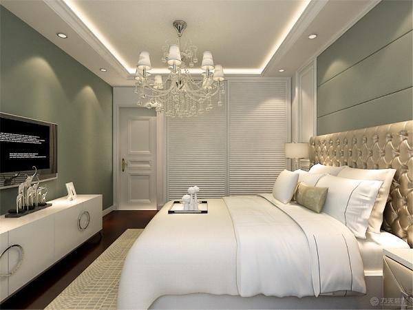 卧室是业主休息的地方所以做的就相对来说温馨一些使用绿色的电视背景墙和黑胡桃的地板来铺装