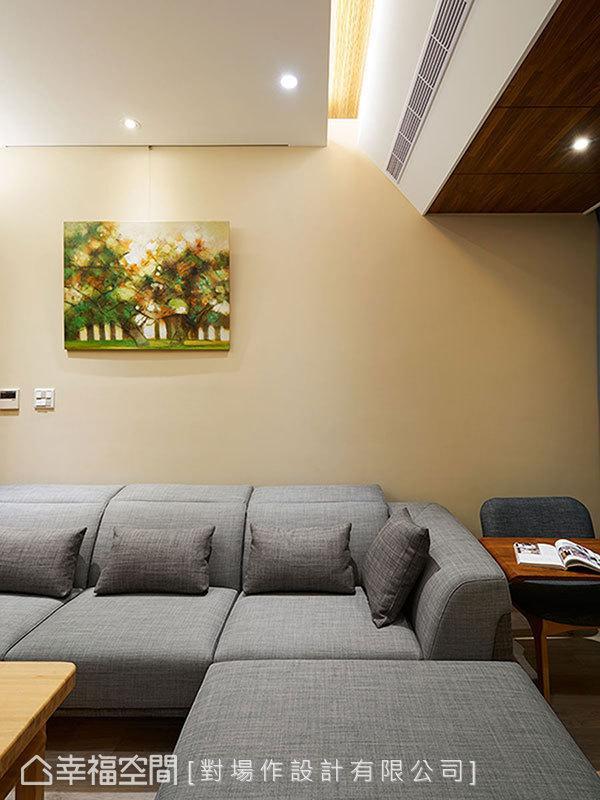 沙发旁设计师李胜雄贴心安排入一张小桌,打破客厅单纯休憩的制式想法,阅读、书写有了一处人文角落。