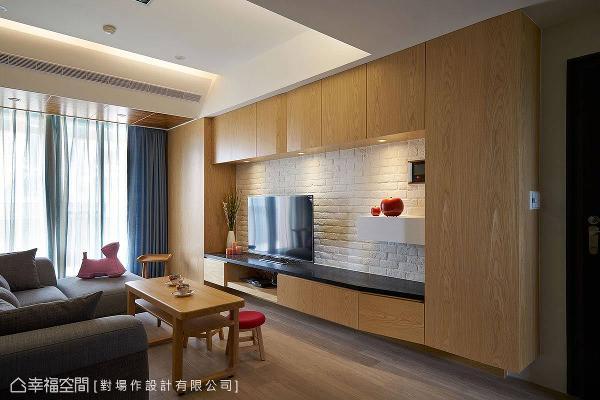 因应机能而生的电视主墙,由各式柜体所组成,导以斜角的造型设计勾勒出精致的木作风景。