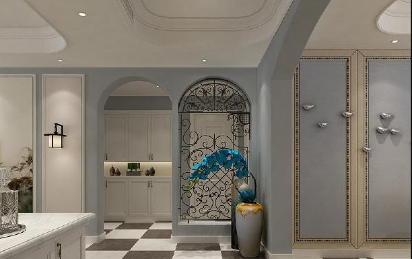 从门厅进入除了白色中空收纳柜外,拱形门洞上铁艺雕花屏风显得趣味连连;长身玉立的瓷瓶里插着蓝色花束,仿佛是在引诱栖息的飞鸟而来,意境自然而然被展现出。