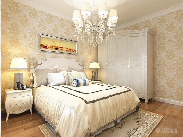 主卧室整体用欧式壁纸填装而成,给人一种焕然一新的感觉。整体家具为白色,搭配紫色的软装配饰,使整个空间充满了活力。次卧整个墙面贴黄色欧式壁纸,奶白色的家具使整个空间十分的干净。