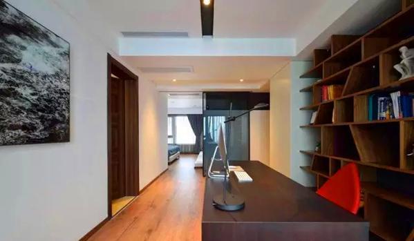 ▲ 灰色玻璃移门隔断,关闭时让书房和卧室形成了套间,打开后就是开放空间