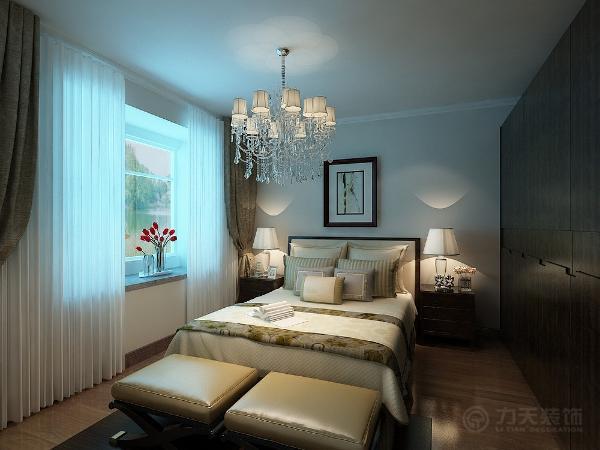 主卧室采用与客厅穿插的壁纸,让空间更一致,加以简单的简约美式柜体和床,给人以清新、淡雅的感觉,书房采用淡绿色墙面,给人一抹清新