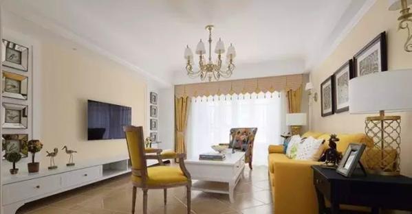 ▲ 不同明度的黄色搭配出优雅的层次感,将客厅营造出浪漫法式的温馨格