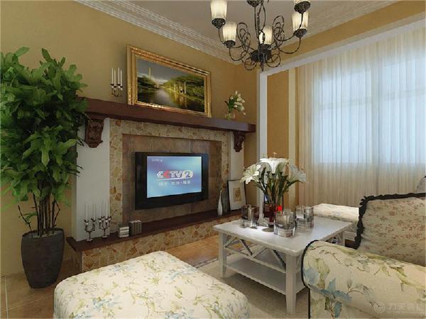 墙面只做简单的处理,简单刷的乳胶漆,电视背景墙采用的是壁炉式的电视柜,顶面做的石膏线造型,地面铺的仿古的瓷砖