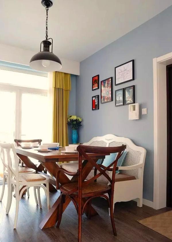 ▲ 混色餐椅搭餐桌,还有舒适的长椅,温馨又舒适