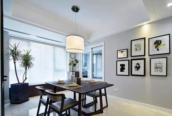 ▲ 餐桌椅的造型以及白色厨房移门都极具现代时尚感,简约不简单
