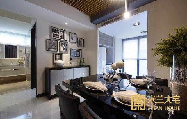 电视墙与餐厅主墙间为全室的动线集合处,左右两侧分别为次卧及主卧,中段以开放式的盥洗台机能转折至卫浴空间。
