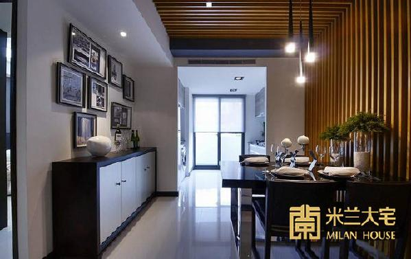 侧向的短隔屏于两侧藏起厨房凌乱的工作台面,利用其厚度摆放矮餐柜与相片墙,以回忆装饰空间。_副本