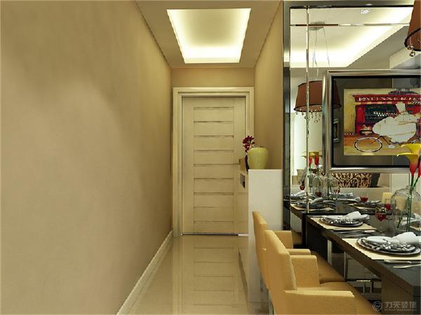 中间走廊的吊顶与客厅吊顶相同,进行了部分统一。配以筒灯的装饰,更加明确的在吊顶上区分了客厅与餐厅的空间。
